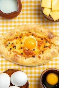 슬라이스 치즈 계란 빵과 나무 표면에 우유와 함께 상위 뷰 원시 계란 제품 계란 반죽 식사 음식 원시 무료 사진
