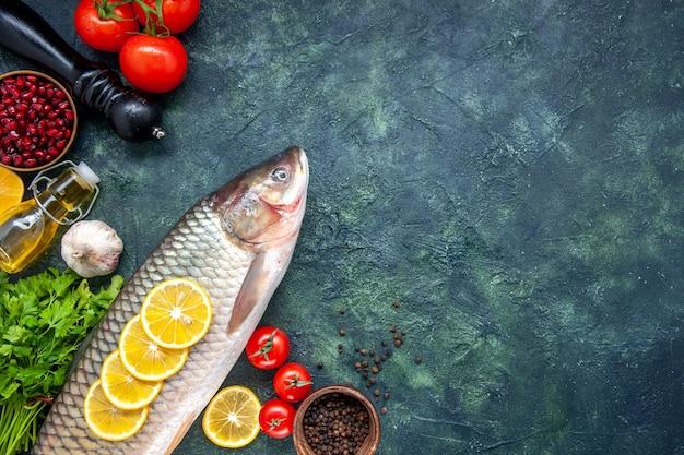 Вид сверху сырой рыбы перец измельчитель помидоры на столе со свободным пространством