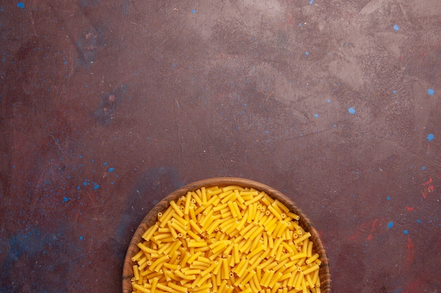 어두운 보라색 배경 야채 파스타 식사 음식 색상에 약간 형성된 상위 뷰 원시 이탈리아 파스타