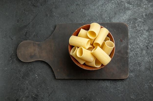 회색 배경 음식 원시 식사 파스타 반죽에 약간 형성된 상위 뷰 원시 이탈리아 파스타