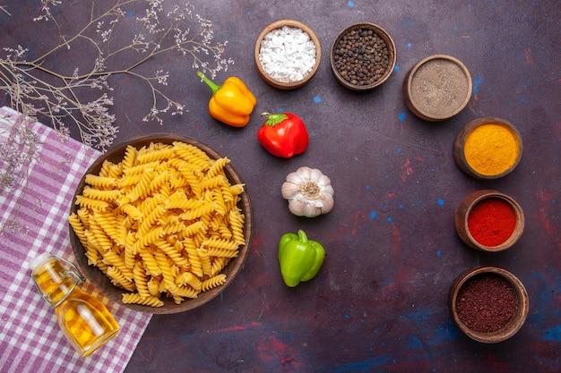 어두운 표면 파스타 음식 식사 성분 색상에 다른 조미료와 상위 뷰 원시 이탈리아 파스타