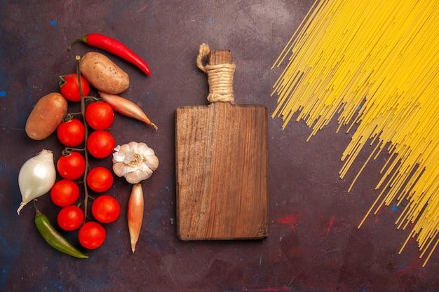 어두운 배경 파스타 이탈리아 반죽 식사 음식 색상에 신선한 야채와 함께 상위 뷰 원시 이탈리아 파스타