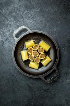 暗い背景の鍋の中に肉が入った上面図生イタリアンパスタ生生地ミールパスタ食品