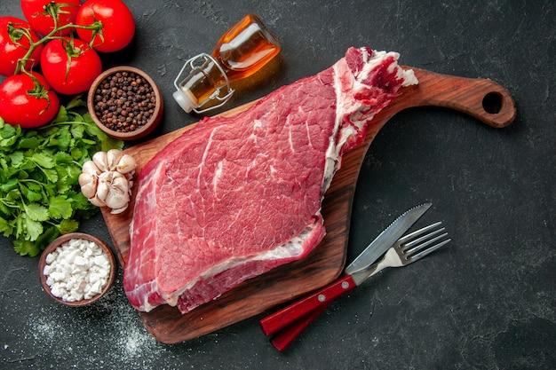トマトの調味料と野菜を添えた生肉スライスの上面図。クッキングカラーフード肉骨粉