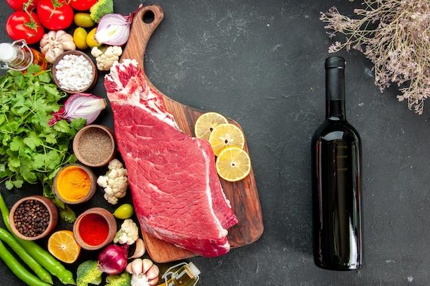 野菜の緑と調味料で生肉のスライスを上面図。熟した健康ダイエット食品食事カラーワイン