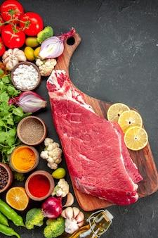 野菜の緑と調味料で生肉のスライスを上面図。熟した健康ダイエット食品食事の色