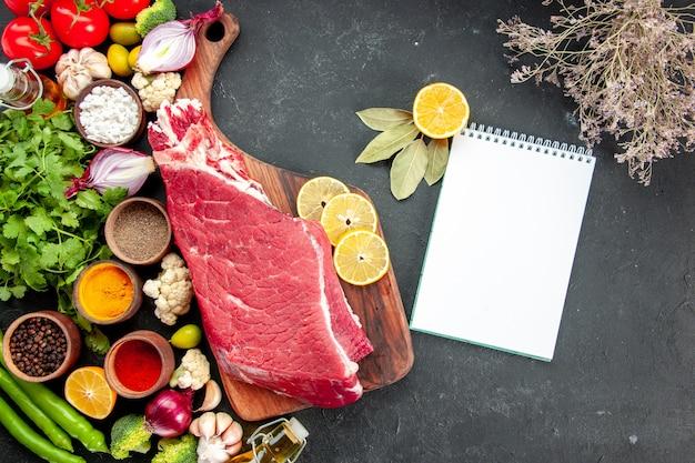 野菜の緑と調味料で生肉のスライスを上面図。熟した健康食品の食事の色