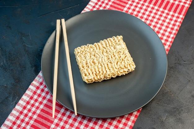 暗い壁に棒でプレート内の上面図生麺