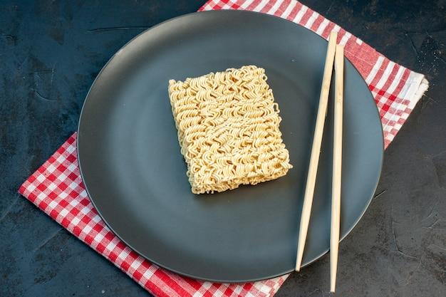 暗い壁に棒で上面図生麺