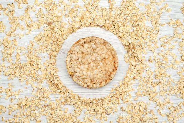 Farina d'avena cruda vista dall'alto su bianco con colazione di cornflakes cereali cereali cracker