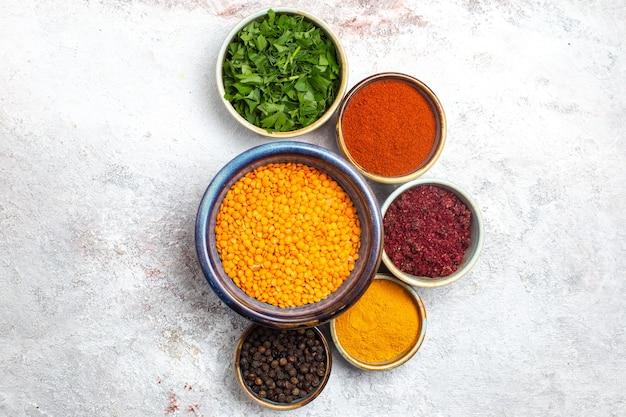 흰색 표면 콩 원시 녹색 식사에 채소와 조미료와 상위 뷰 원시 오렌지 콩