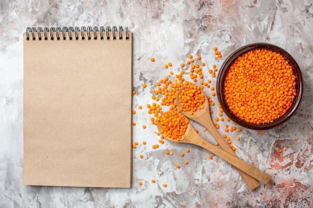 밝은 배경 수프 컬러 사진 식품 씨앗에 있는 상위 뷰 생 오렌지 렌즈콩