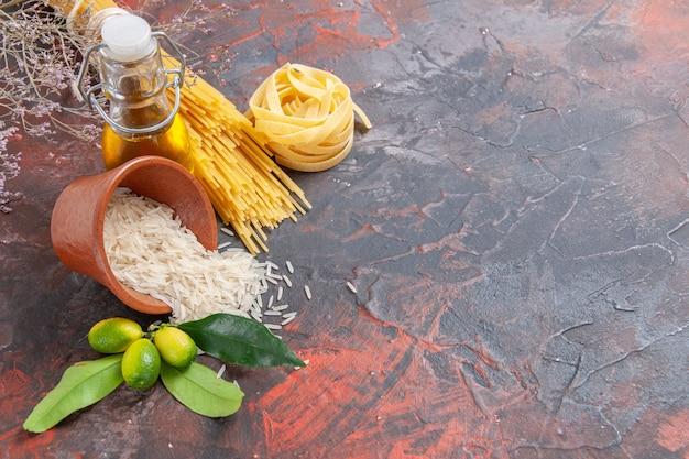 Vista dall'alto di pasta cruda con riso sulla pasta di pasta cruda superficie scura