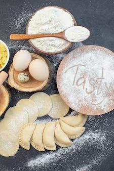 上面図生のジャガイモのホットケーキ、卵、マッシュポテト、小麦粉、暗い背景の食事パイビスケットオーブン焼き生地調理