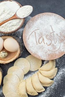 上面図生のジャガイモのホットケーキ、卵、マッシュポテト、小麦粉、暗い背景の食事パイビスケットオーブンケーキ焼き生地調理おいしい