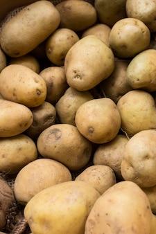 Вид сверху расположения сырого картофеля