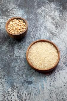 밝은 회색 테이블에 작은 냄비 안에 상위 뷰 생 쌀