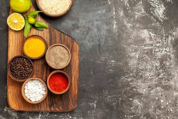 어두운 표면 향신료 과일 날 음식에 레몬과 조미료가 들어간 상위 뷰 생 쌀