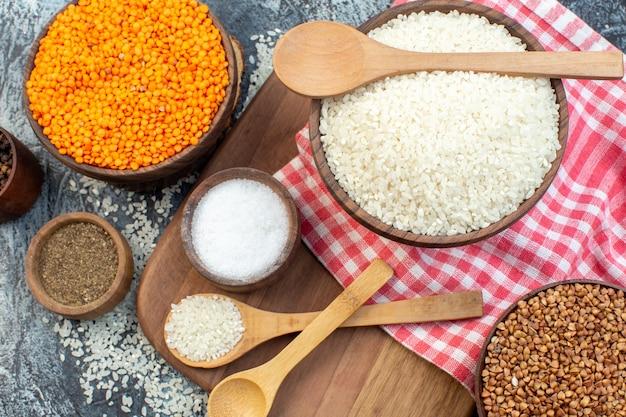 어두운 배경 음식 씨앗 시리얼 식사 가루 수프 색상에 오렌지 렌즈콩과 메밀을 넣은 상위 뷰 생 쌀
