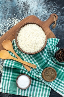 어두운 배경에 조미료가 있는 상위 뷰 시리얼 가루 색상 수프 음식 식사 씨앗