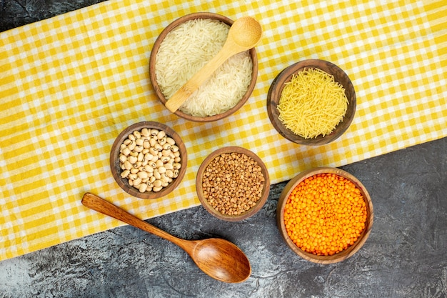 ライトグレーのテーブルの小さな鉢の中に春雨と生そばが入った上面図生米