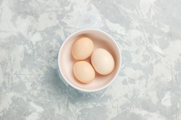 밝은 흰색 책상 원시 음식 식사 아침 사진 아침에 작은 접시 안에 상위 뷰 원시 전체 계란