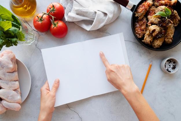 Vista dall'alto sul concetto di natura morta del libro di ricette