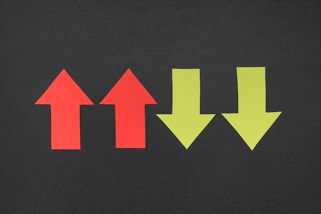 Вид сверху красные и желтые знаки стрелки