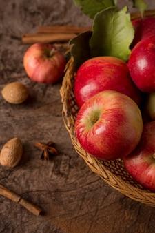 Вид сверху красные яблоки в корзине