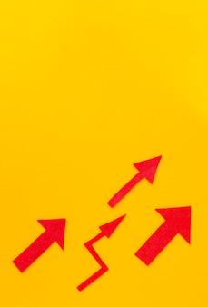 Vista dall'alto di frecce rosse con spazio di copia
