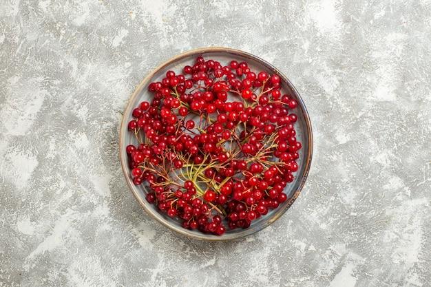トップビュー赤いベリー白い背景の上のまろやかな果物