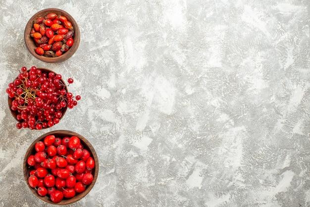Vista dall'alto bacche rosse frutti mellow sullo scrittorio bianco