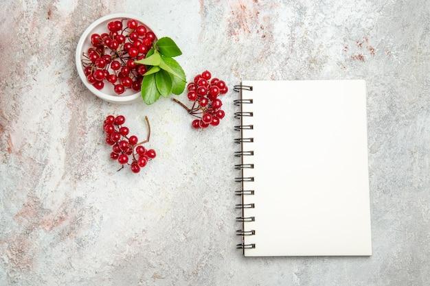 上面図白いテーブルの上の赤いクランベリーの新鮮な果物新鮮なベリーの赤い果物