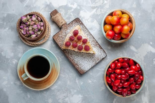 Vista dall'alto cornioli freschi rossi frutti aspri e deliziosi con torta e tè sulla scrivania leggera frutta fresca mellow acido