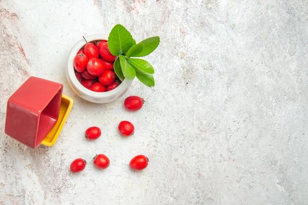 白いテーブルの上の赤い果実の上面図ベリー赤い果実