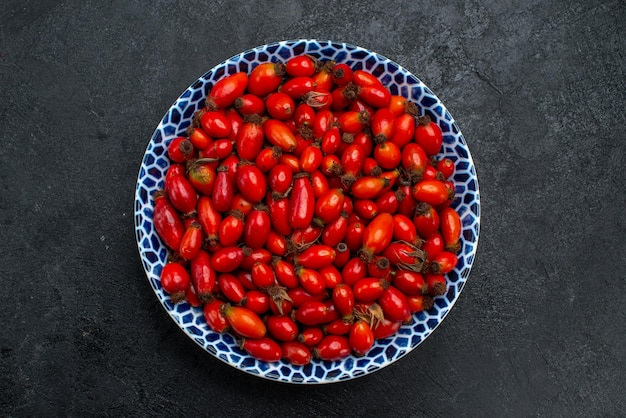 회색 책상 위의 붉은 과일 익고 신 열매