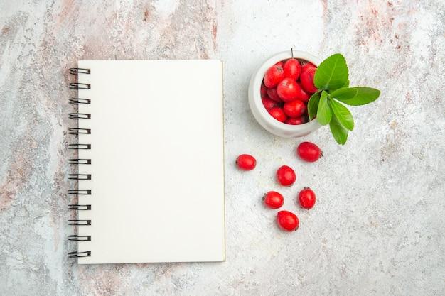 Vista dall'alto frutti rossi sulla frutta a bacca bianca scrivania