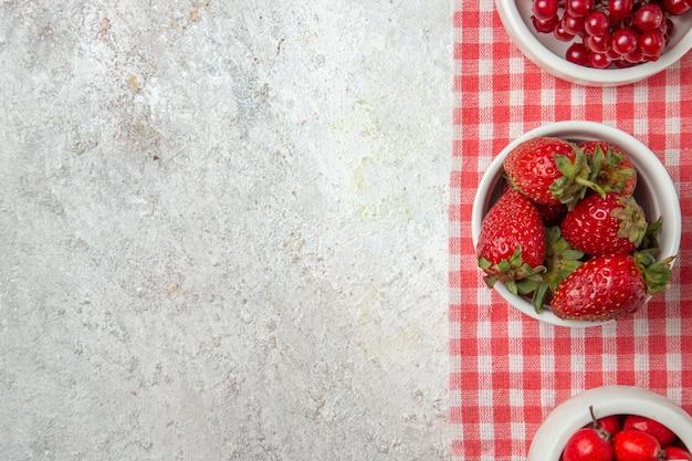 흰색 바닥에 딸기와 상위 뷰 붉은 과일 신선한 과일 베리