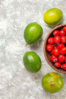 Vista dall'alto frutti rossi con limone su sfondo bianco