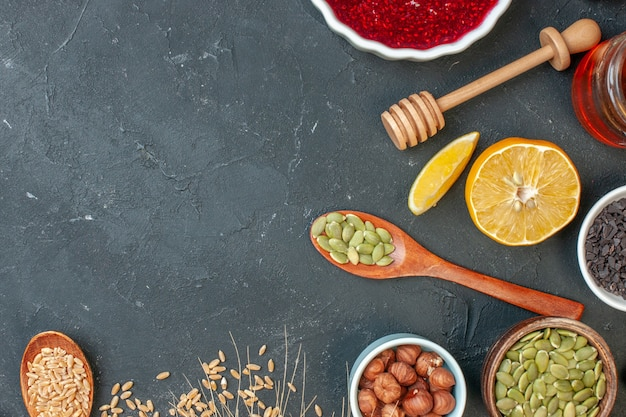 ダークグレーのジャムカラーのナッツ生地ケーキビスケットにピーナッツとレーズンを添えたトップビューの赤いフルーティーなゼリー