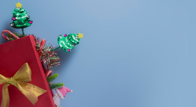 青のクリスマスツリーと上面の赤いギフトボックス