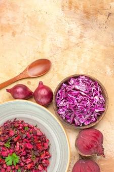 Vista dall'alto insalata rossa salutare mescolata con foglie di prezzemolo fatte di barbabietole e ciotola di cavolo tritato su uno sfondo di legno con posto per copia