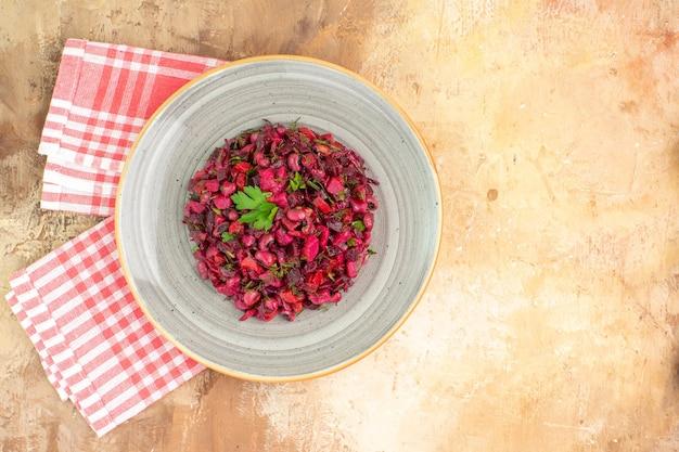 복사 장소가 있는 나무 배경에 녹색 잎과 야채가 있는 상위 뷰 빨간색 건강 샐러드