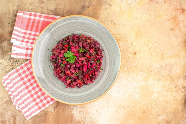 Insalata sana rossa vista dall'alto con foglie verdi e verdure su uno sfondo di legno con posto per copia