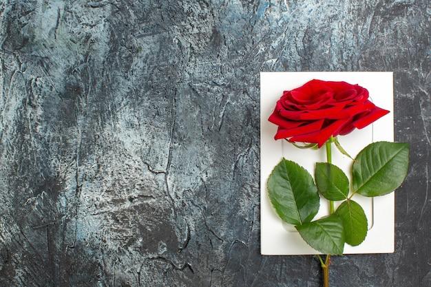 Вид сверху красная роза на день святого валентина на светло-сером фоне сердце чувство любовь праздник страсть брак пара