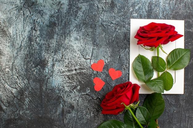 Вид сверху красная роза на день святого валентина на светло-сером фоне сердце чувство любовь страсть брак пара праздник свободное место