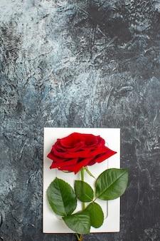 Вид сверху красная роза на день святого валентина на светло-сером фоне сердце чувство любовь страсть брак пара праздник