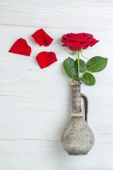 Вид сверху красная роза на светлом фоне брак чувство пара любовь любовник цвет сердца