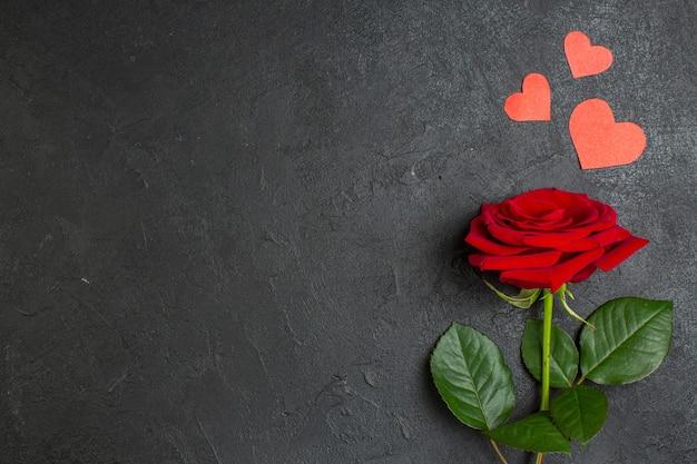 Вид сверху красная роза с зелеными листьями на темном фоне любовь пара брак страсть день святого валентина цвет настоящее сердце