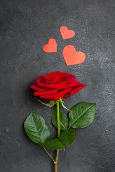 Вид сверху красная роза с зелеными листьями на темном фоне влюбленная пара страсть день святого валентина цвет настоящее сердце